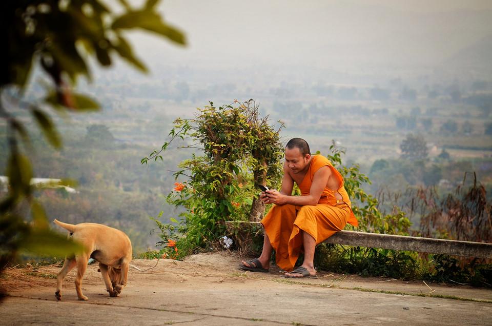 """5. Khẩu nghiệp: Đây được coi là nền tảng đạo đức của cuộc sống. Người Thái có thể bắn, chém, đánh nhau nhưng gần như không nghe chửi thề. Hành động nặng nhất khi nói xấu người khác là """"đồ khùng"""", """"nó không tốt""""… chứ không mạt sát, ví von với loài vật hoặc buông lời tục tĩu. Mọi người thường bảo nhau """"Chay den den"""" (Hãy bình tĩnh) để không làm tổn thương người khác. Ảnh: Alexis Gravel."""