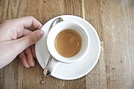 """Ngồi nhâm nhi cà phê và ngắm cảnh đẹp Paris cũng là một cái """"thú"""" mà nhiều du khách yêu thích. Ảnh: Pinterest."""