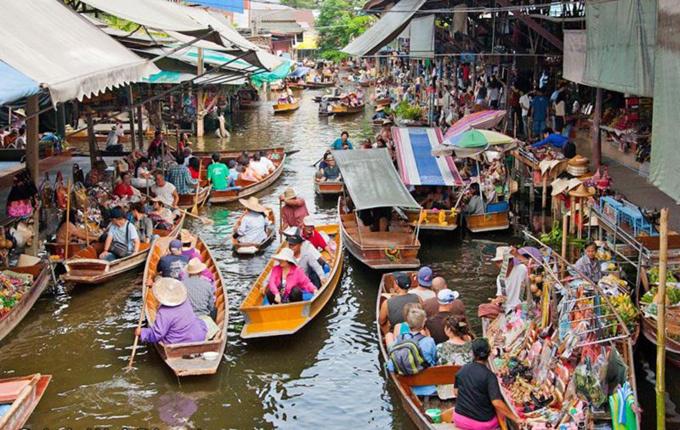 Damnoen Saduak  Khu chợ nổi nằm cách Bangkok 100 km được biết đến nhiều nhất ở Thái Lan. Chợ có quy mô lớn, đầy màu sắc rực rỡ, tấp nập thuyền bán hoa quả. Đây là nơi hoàn hảo để bạn chụp ảnh và khoe với bạn bè, người thân.