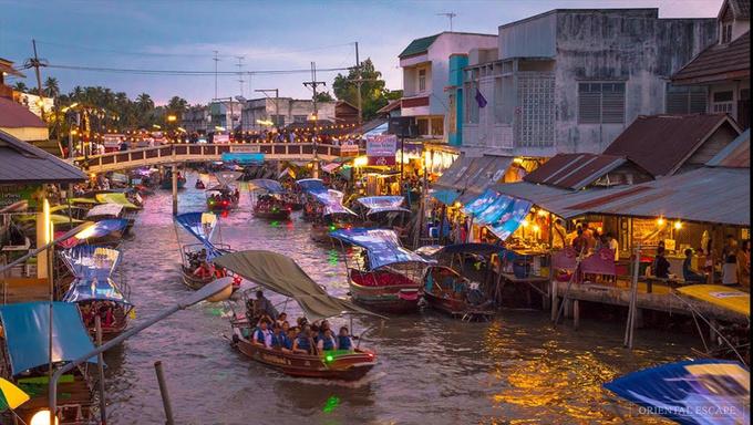 Amphawa  Ở đây có những ngôi nhà bằng gỗ dọc theo dòng kênh. Khu chợ này chủ yếu bán đồ lưu niệm, đồ ăn nhẹ và đồ ngọt nên bạn có thể tới đây vào bất cứ thời gian nào. Tuy nhiên, đây là địa điểm du lịch được yêu thích nên rất đông đúc. Bởi vậy, bạn nên tới sớm, thưởng thức một bữa hải sản vào lúc gần trưa và tranh thủ đi thuyền lúc mọi người ăn uống. Amphawa nằm cách Bangkok 90 km về phía Tây Nam.