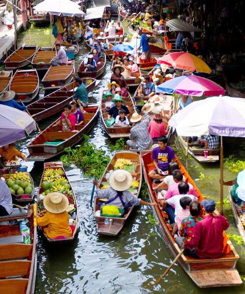 Taling Chan  Uu điểm lớn của khu chợ là khá gần Bangkok (chỉ cách 12 km). Điểm tham quan này hoạt động cả ngày, nằm ngay cạnh một khu buôn bán địa phương. Những con thuyền dài sẽ đưa bạn luồn lách trên dòng nước để mua sắm đủ mọi thứ.
