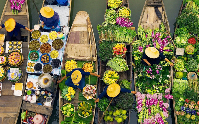 Khlong Lat Mayom  Có quy mô nhỏ, khu chợ chủ yếu phục vụ dân trong vùng và không có nhiều khách du lịch. Nơi buôn bán chính nằm ở trên bờ nhưng du khách vẫn có thể trải nghiệm việc đi thuyền, mua sắm trên mặt nước.