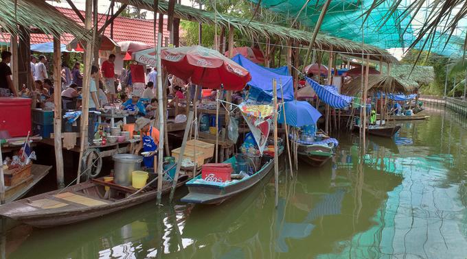 Bang Nam Pheung  Đây là chợ nổi nhỏ nhất nhưng lại gần Bangkok, cách khoảng 20 km. Quy mô khiêm tốn nhưng chợ có nhiều món ăn thú vị. Khu vực bao quanh chợ có nhiều cây xanh, được coi là lá phổi của Bangkok. Bạn có thể tản bộ đi dạo và mua sắm ở chợ.