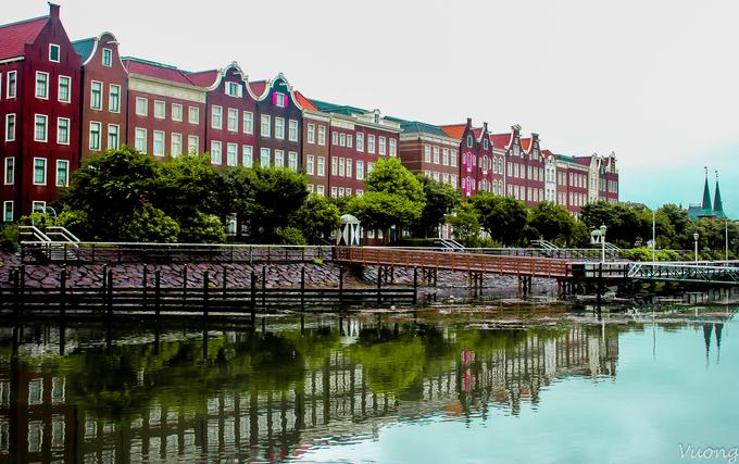 Khu phức hợp công viên - khách sạn - nhà hàng - giải trí Huis Ten Bosch được ví như một Hà Lan thu nhỏ giữa lòng Nhật Bản. Tên gọi này được đặt giống với một trong ba dinh thự của Hoàng gia Hà Lan tại thành phố Hague. Công trình được xây dựng nhằm tôn vinh giá trị lịch sử, mối quan hệ giao thương giữa hai nước trong hơn 400 năm. Khu phức hợp mở cửa vào tháng 3/1992 và đón hàng triệu lượt khách đến tham quan mỗi năm.
