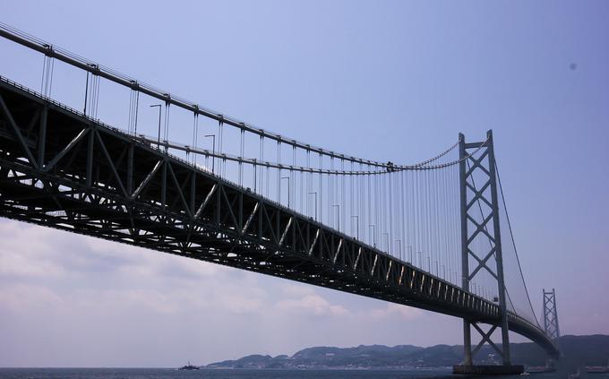Cầu có cấu tạo gồm ba nhịp và hai cột treo với tổng chiều dài cầu là 3.911 m, trong đó nhịp chính dài 1.991 m. Đặc biệt, cầu có khả năng chịu được động đất cấp 8,5 độ Richter.