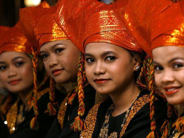 """""""Phụ nữ là mối liên hệ quan trọng của hiện tại và quá khứ. Nếu gặp một phụ nữ người Minangkabau đang mang thai, mọi người đều thực sự hy vọng cô ấy sẽ cho ra đời một bé gái đầu lòng"""", cựu giáo sư Taufil Abdullah, chủ tịch Uỷ ban Khoa học Xã hội tại Học viện Khoa học Indonesia chia sẻ. Ảnh: Pinterest, The Daily Beast."""