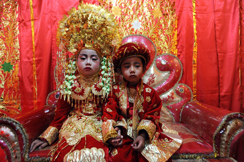 Trẻ em người Minangkabau mỗi dịp sinh nhật sẽ đón lễ aquika với những bộ trang phục truyền thống lộng lẫy. Những chiếc mũ cầu kỳ tượng trưng cho tinh thần dũng cảm của tộc người Việt cổ sinh sống tại Indonesia.