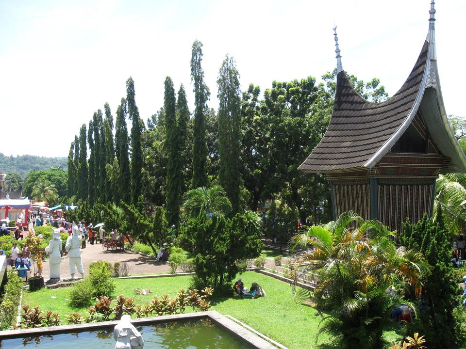 Ngôi nhà truyền thống của người Minangkabau với tên gọi Rumah Gadang sở hữu kết cấu đặc biệt, có mái cong vút như mái chùa cổ Việt Nam. Mái nhà được làm từ gỗ surian địa phương với cấu trúc hình vòm, cong vút như chiếc sừng trâu.