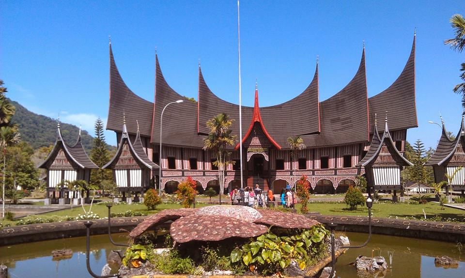 Những bức tường dệt bằng tre là biểu tượng phong cách xây dựng nhà truyền thống của người Minangkabau. Kiến trúc bề thế đặc biệt của ngôi nhà này không chỉ giúp tộc người Minangkabau có nơi cư trú mà còn là không gian phục vụ các cuộc họp, nghi lễ trang trọng. Du khách quốc tế có thể trải nghiệm cơ hội tham quan, lưu trú và thử những lễ phục truyền thống tại đây khi đến Indonesia.