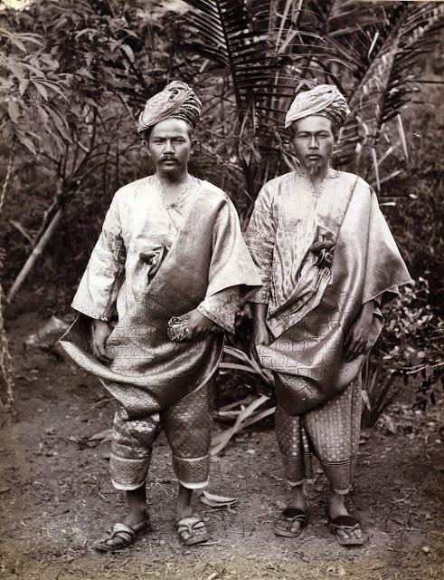Người Minangkabau trong trang phục truyền thống cổ đã sinh sống tại Indonesia từ lâu đời. Đàn ông và phụ nữ tộc người Minangkabau có những khái niệm bình đẳng như các xã hội khác. Dù căng thẳng có thể xảy ra đôi lúc, vị trí người phụ nữ vẫn được tôn trọng bởi toàn thể cộng đồng. Phụ nữ có thể tự do báo cáo, lên án mọi hành động bạo lực về tinh thần hay thể xác trong gia đình mình. Ảnh: PadangscheBodenvanlen.
