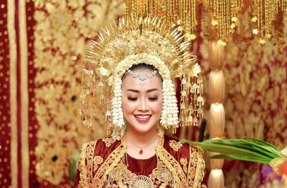 """Nhắc đến đạo Hồi, nhiều người thường nghĩ đến các chế độ hà khắc và số phận nhỏ bé của người phụ nữ. Nhưng với tộc người Minangkabau, vị trí của người phụ nữ trong gia đình và xã hội đặc biệt hơn cả. Đến đảo Sumatra, nếu hỏi người dân chắc chắn du khách sẽ nhận được câu trả lời: """"Phụ nữ là chủ gia đình"""". Theo đó, phụ nữ và nam giới trong gia đình chia sẻ quyền lực và tuân thủ nguyên tắc giữ trọn vẹn trách nhiệm, bảo vệ lẫn nhau trong xã hội."""