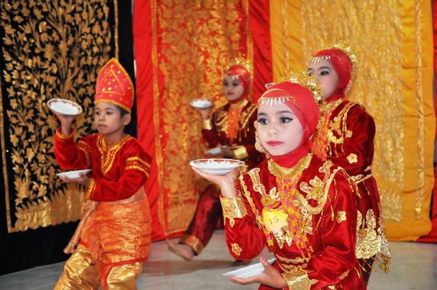 Người dân Minangkabau sinh sống bằng nghề trồng lúa nước với tục ăn trầu, nhuộm răng từ lâu đời. Họ còn có những nét văn hoá khác gần gũi với người Việt. Tộc Minangkabau có những điệu nhảy và bản nhạc truyền thống mà họ luôn tự hào như điệu múa nến kinh điển.