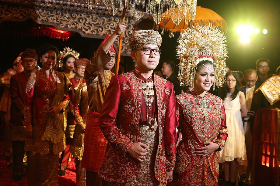 Mọi nghi thức, lễ hội quan trọng đều do phụ nữ chủ trì như lễ nhậm chức lãnh đạo trong gia tộc, đám cưới, thu hoạch mùa màng… Đám cưới của các cặp đôi Minangkabau được tổ chức, trang hoàng lộng lẫy với lễ phục truyền thống.