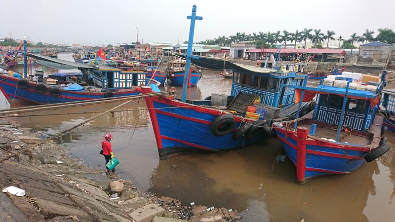 Cảng cá Ngọc Hải những ngày nước kém nên vắng tàu ra vào.