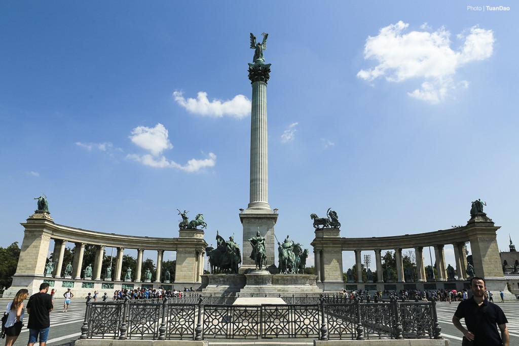 Budapest là một trong những thành phố cổ nổi tiếng của châu Âu. Không chỉ gìn giữ được những công trình kiến trúc cổ kính, Budapest còn là nơi vui chơi giải trí vô cùng sôi động. Dưới đây là những điểm bạn không thể bỏ qua khi ghé thăm thành phố này.  Quảng trường Anh hùng  Đây có lẽ là điểm đến đầu tiên của nhiều du khách. Quàng trường Anh hùng được xây dựng trên một khu đất rộng lớn, ở giữa là đài tưởng niệm thiên niên kỷ cao 36 m, trên đỉnh cột là Tổng lãnh thiên thần Gabriel. Hai bên tạc tượng những vị vua lập quốc, các anh hùng dân tộc của đất nước.