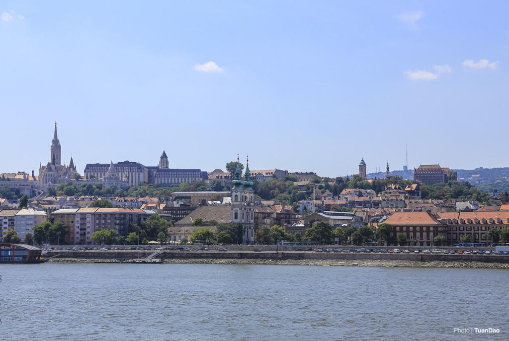 Tham quan thành Var và ngắm toàn cảnh thành phố  Budapest được chia làm hai khu Buda và Pest chia cắt nhau bởi dòng sông Danube thơ mộng. Buda là khu vực cổ với những công trình cổ kính, và thành Var là một trong những điểm nổi bật tại đây. Từ thành Var bạn có thể ngắm nghìn sang bên khu Pest với toà nhà quốc hội nổi bật hay ngắm các cây cầu.