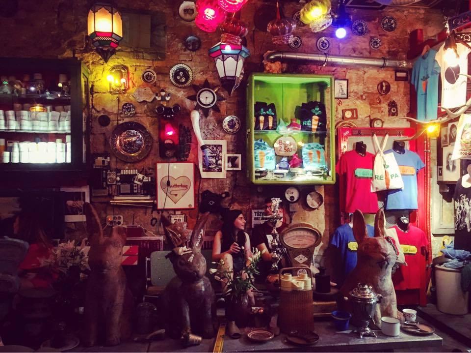 Trải nghiệm quán bar  Ở Budapest có rất nhiều bar, mỗi quán bar lại có một phong cách khác nhau, từ bar ngoài trời đến trong nhà. Một trong những bar nổi tiếng nhất tại đây là Szimpla Kert ở khu người Do Thái. Quán bar được mở tại một khu nhà cổ hai tầng, với rất nhiều phòng và nhiều thể loại nhạc, cũng như các quầy bar để phục vụ du khách.