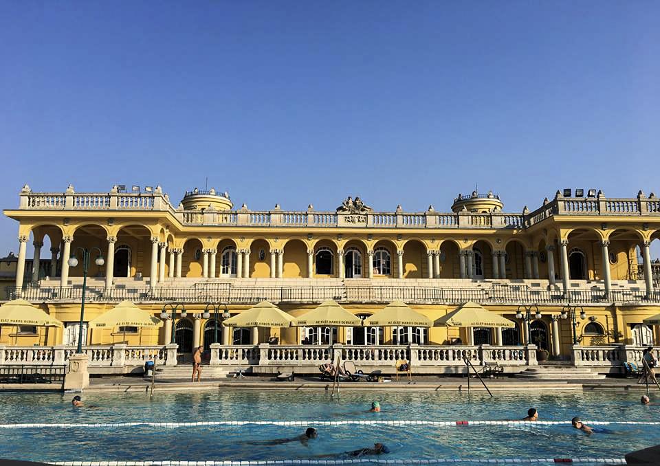 Tắm nước khoáng nóng  Thành phố Budapest có địa chất khá đặc biệt, ở dưới lớp đất là những dòng suối nước khoáng nóng rất tốt cho sức khoẻ. Người dân tại đây vì thế rất thích đi tắm nước khoáng nóng. Có rất nhiều bể bơi trong thành phố cho các bạn lựa chọn. Một trong những bể nước khoáng nóng bạn không thể bỏ qua là Szechenyi đăng sau quảng trường Anh hùng.