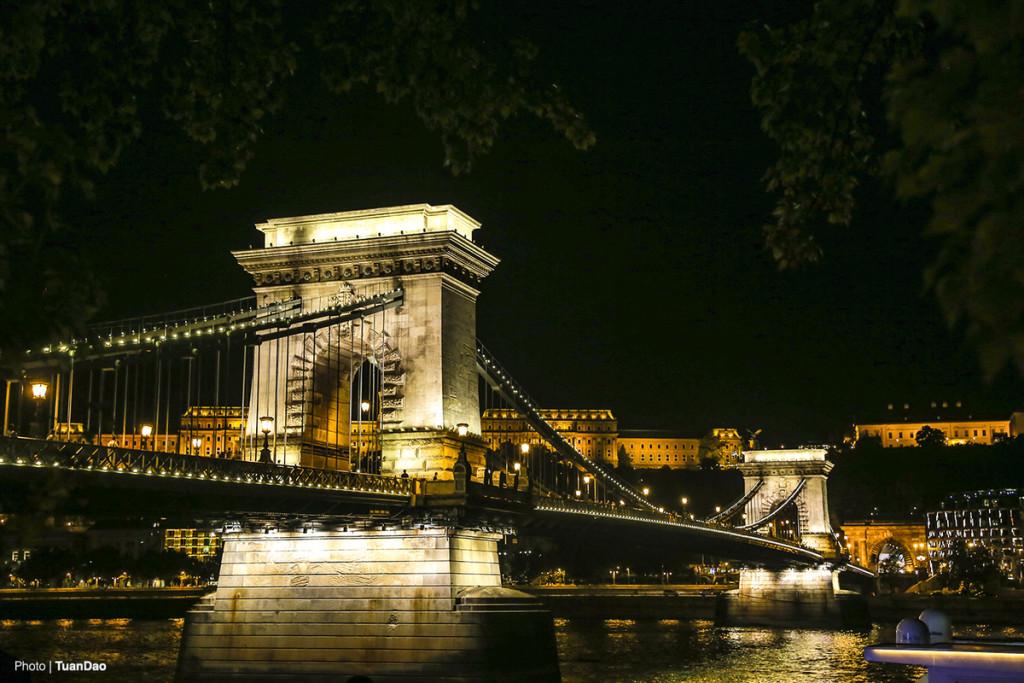 Tham quan các cây cầu  Budapest chia cắt nhau bởi sông Danube nên chính quyền ở đây đã cho xây dựng hơn 10 cây cầu lớn nhỏ để bắc qua sông. Mỗi cây cầu là một kiến trúc riêng, vô cùng đặc biệt. Du khách nói đùa với nhau rằng, đến Budapest là để đến tham quan các cây cầu.