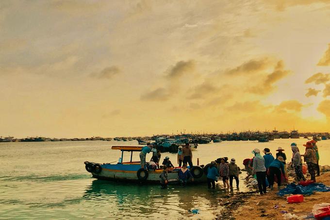 Đảo Phú Quý hay còn gọi là Cù Lao Thu nằm cách Phan Thiết (Bình Thuận) 120 km. Đây là điểm đến được nhiều bạn trẻ đam mê du lịch ưa thích trong thời gian gần đây. Các dịch vụ du lịch ở Cù Lao Thu đang phát triển, đảo hoang sơ, biển sạch, đẹp, nhiều món hải sản ngon.  Hiện phương tiện duy nhất để lên đảo là tàu biển, mất khoảng 4 - 6 giờ tùy loại, bao gồm giường nằm và ghế ngồi, phòng quạt và phòng máy lạnh.  Tờ mờ sáng, tại cầu cảng Phú Quý, nhiều ghe thuyền chở đầy ắp hải sản tươi sống bắt đầu cập vào. Đây cũng là thời điểm thích hợp cho du khách bắt đầu ngày mới trên đảo.