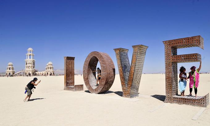 """Các hoạt động kỳ lạ  Đằng sau cánh cửa của Burning Man là những trò chơi điên rồ nhất bạn có thể tưởng tượng như lớp học đánh nhau, các bữa tiệc khỏa thân trong bọt xà phòng... Tuy nhiên, sự kiện nổi bật nhất của lễ hội chính là đêm thứ bảy cuối cùng - lễ đốt hình nộm khổng lồ """"The Man""""."""