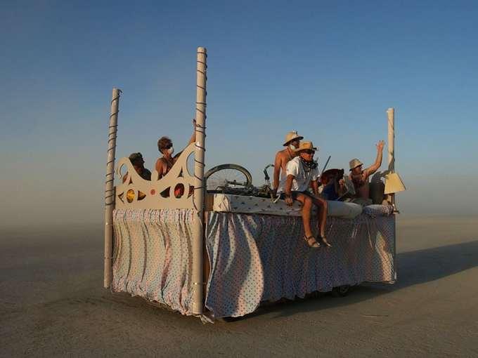Những phương tiện đầy tính nghệ thuật  Cưỡi trên một con ốc sên máy khổng lồ hay một con ngựa sừng trong truyền thuyết? Bạn chỉ cần mỉm cười và đề nghị được đi nhờ. Những chiếc xe như vậy là một trong những phần lý thú nhất của Burning Man. Hàng nghìn phương tiện rực rỡ đôi khi có phần kỳ dị sẽ đổ về đây, dạo quanh sa mạc và chào đón bất cứ người lạ nào hứng thú. Thậm chí, họ còn cung cấp cả đồ uống miễn phí cùng dàn âm thanh cỡ lớn.