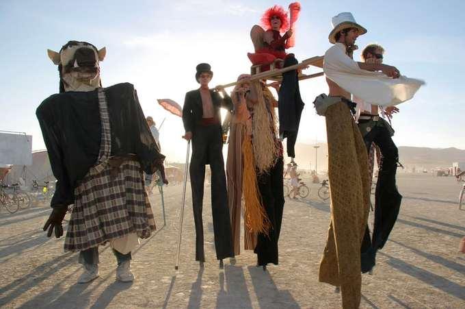 """Lễ hội hóa trang  Burning Man là nơi con người được thỏa sức sáng tạo với những bộ cánh độc đáo. Nơi đây có những nhân vật và biệt ngữ riêng mà chỉ những người hay theo dõi các tờ báo địa phương mới hiểu hết. Bạn có thể thấy một """"chú ngựa Sparkle"""" với dải bờm bảy sắc cầu vồng, hay những anh chàng chỉ mặc độc một chiếc áo sơ mi.  Những người từ California (Mỹ) với biệt danh """"những chú thỏ Yoga"""" khỏa thân dễ dàng gây sự chú ý với làn da rám nắng và cơ thể săn chắc thực hiện những động tác yoga tại khu làng chính."""