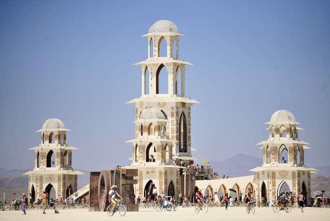 Những công trình sáng tạo  Lễ hội này thu hút hàng nghìn nghệ sĩ sẵn sàng dành hàng tháng ngoài sa mạc để tạo nên những công trình kiến trúc lạ mắt. Những tác phẩm này sẽ chỉ tồn tại trong vòng một tuần lễ diễn ra lễ hội.