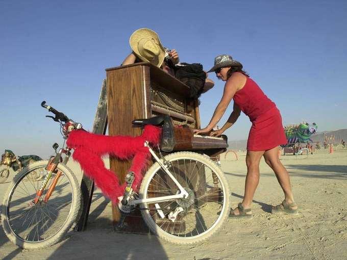Tất cả sẽ cùng dọn dẹp sau khi lễ hội kết thúc để không ảnh hưởng đến môi trường. Từ những chiếc tàu cướp biển cho đến con linh cẩu máy khổng lồ, du khách sẽ không thể nào rời mắt khỏi những công trình đồ sộ và đầy sức sáng tạo của Burning Man.