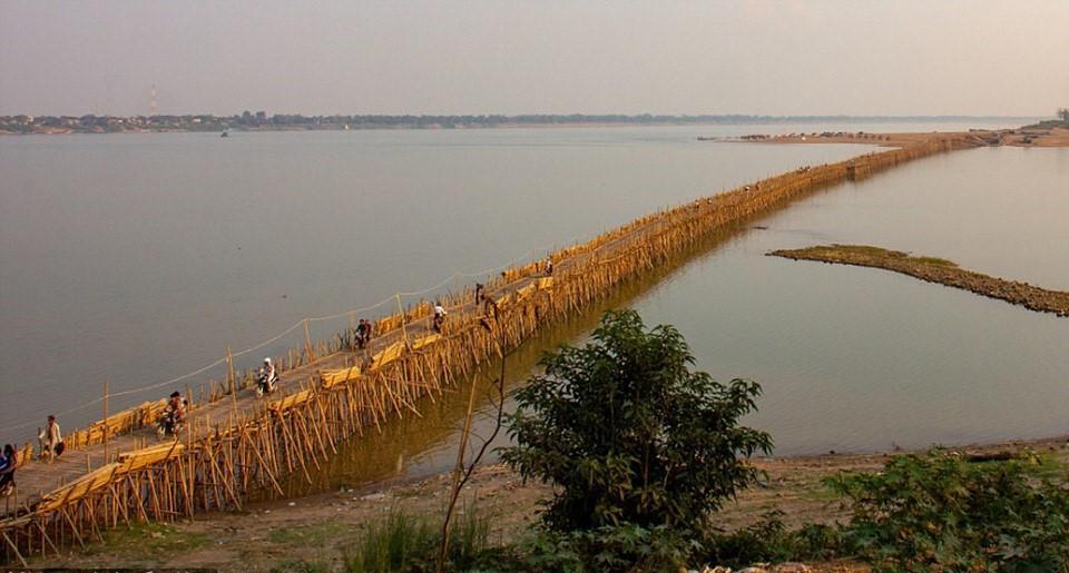 Cây cầu tre có chiều dài hơn 1 km, bắc qua sông Mekong, nối thành phố Kampong Cham với đảo Koh Paen. Cây cầu được ghép từ 50.000 cọc tre chắc chắn.