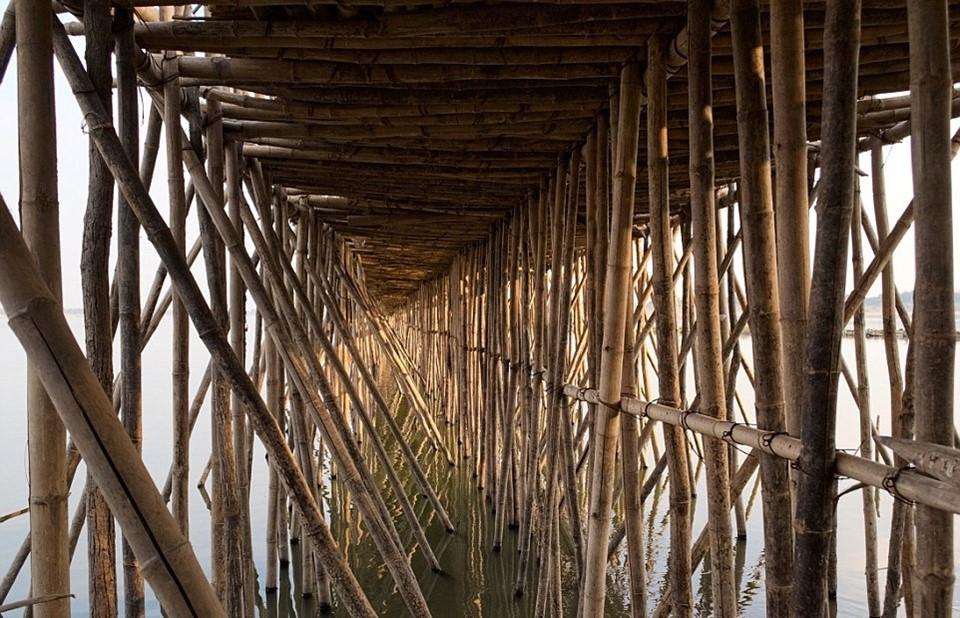 Đảo Koh Paen có 1.000 hộ dân sinh sống. Hàng năm, người dân lại dỡ cây cầu và bảo quản những cọc tre khi nước sông bắt đầu dâng. Vào mùa khô, các cọc tre được đem ra dựng lại.