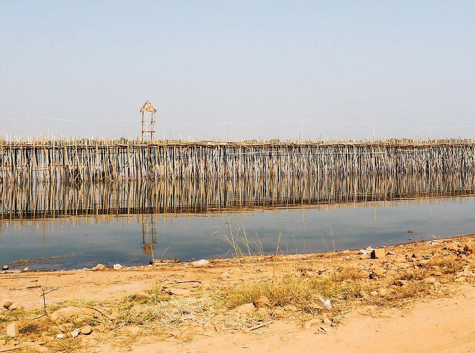 Cây cầu có kết cấu bởi những thân tre cao được chôn xuống lòng sông cùng với lớp thảm đan bằng tre để tạo nền móng. Nhiều cọc tre được đóng xiên theo các hướng khác nhau quanh móng.