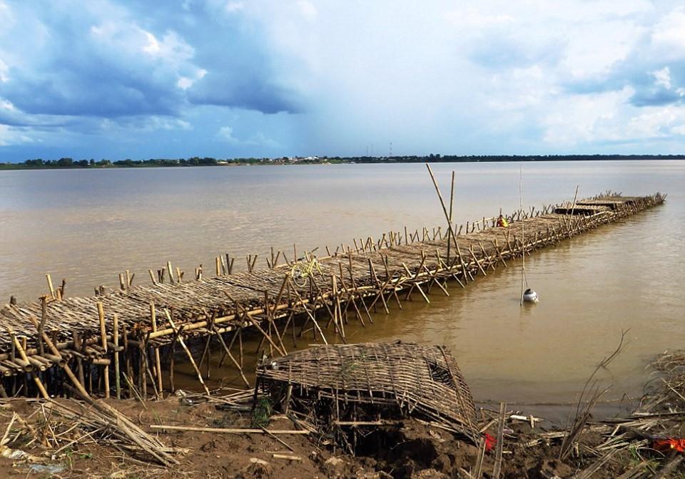 Vào mùa nước dâng, người dân sẽ sử dụng phà, thuyền để di chuyển trên sông. Năm ngoái, chính phủ Campuchia đã cho xây dựng một cây cầu bê tông tại đây. Điều này khiến khách du lịch lo ngại việc cầu tre sẽ bị dỡ bỏ.