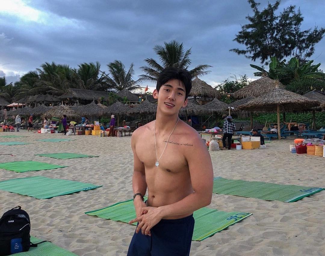 Biển An Bàng lọt vào top 50 bãi biển đẹp nhất hành tinh khiến chàng trai thích thú dù du lịch vào một ngày mưa. Chia sẻ trên trang cá nhân, Seungju nói rằng với anh thì đây là một bãi biển khá kỳ lạ ở Việt Nam bởi du khách phương Tây còn nhiều hơn người châu Á.