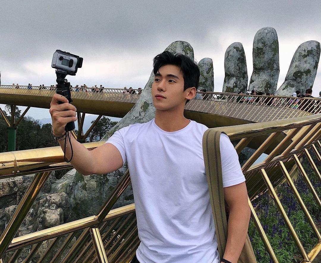 Tuy quãng đường đi không gần, hot youtuber vẫn không bỏ lỡ cơ hội check-in cây cầu vàng nổi tiếng thế giới ở Bà Nà.