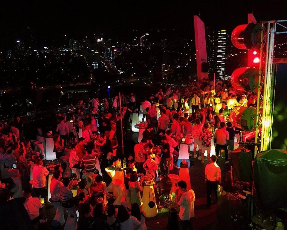 """Một trong những điểm xõa """"khét tiếng"""" của dân chơi Đà thành là quán bar ở tầng 36 trong khách sạn nhìn thẳng ra biển Mỹ Khê. Bạn có thể đến đây vào ban ngày, thưởng thức ly cocktail hay phiêu theo điệu EDM xập xình vào ban đêm. Seungju chia sẻ, anh gặp nhiều đồng hương ở đây do khá nhiều người Hàn giới thiệu về nó trên naver (trang thông tin tổng hợp lớn nhất Hàn Quốc) sau khi du lịch Đà Nẵng."""