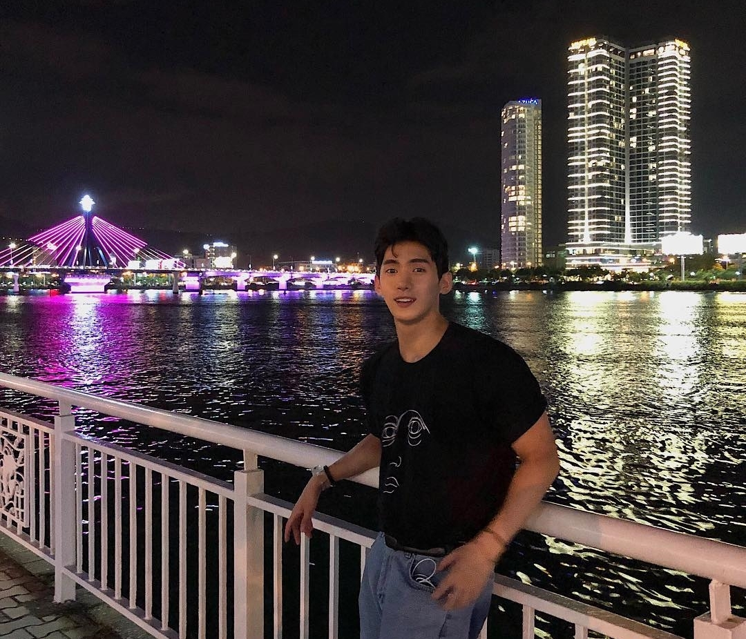 Chàng trai còn tranh thủ ngắm cầu quay sông Hàn về đêm. Seungju cho biết, để tiện di chuyển khi ở Đà Nẵng, anh thường sử dụng taxi công nghệ, còn ở Hội An thì book xe taxi truyền thống sẽ nhanh và dễ dàng hơn.