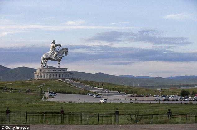 Tượng đài hướng về phía đông - tượng trưng cho nơi sinh của Thành Cát Tư Hãn.