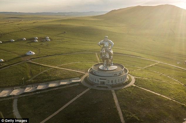 Tượng đài cao 40m và được bao bọc bởi 250 tấn thép không gỉ lấp lánh.