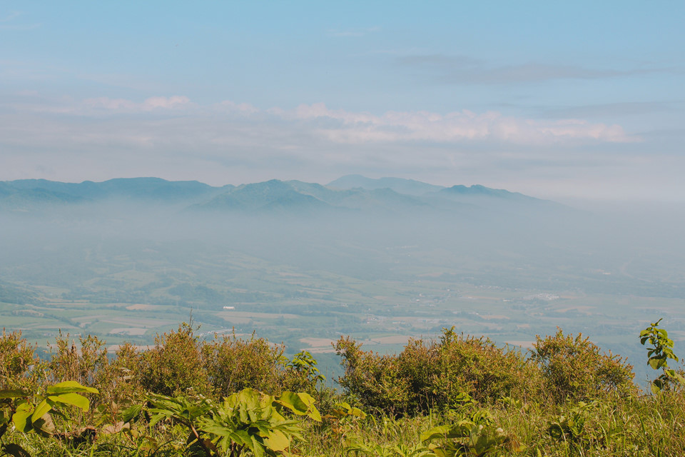 Khung cảnh hùng vĩ của những ngọn núi hiện ra giữa ban trưa. Trời nóng hơn hẳn so với nhiệt độ bình thường tại Hokkaido. Đoạn đường quay lại là cả một nỗi khó nhọc vì tôi và mọi người phải chạy thật nhanh và leo dốc. Tôi thở hổn hển vì nghĩ sẽ không kịp giờ.