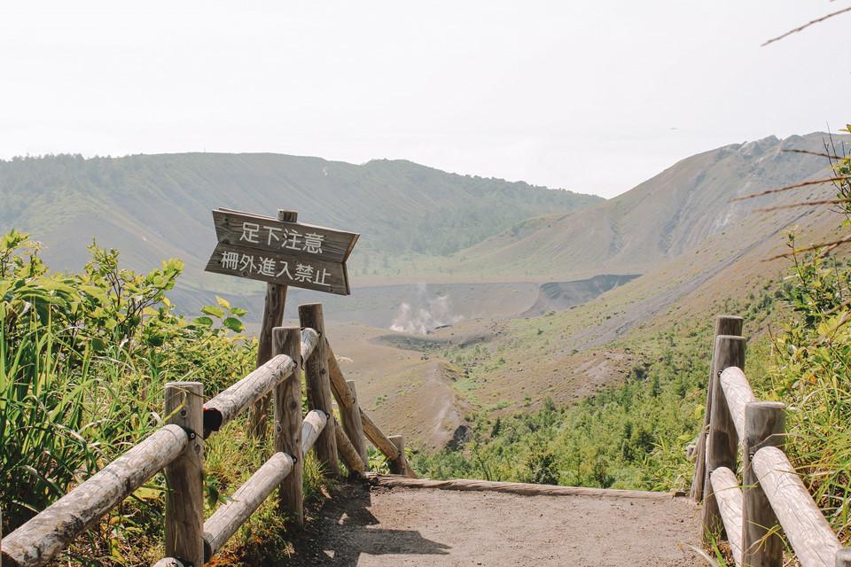 Thế nhưng cả chuyến leo trèo của tôi dường như xứng đáng khi có thể thoả thích ngắm nhìn ngọn núi hùng vĩ này cùng quang cảnh Hokkaido xinh đẹp giữa ngày hạ. Nhiều người nói mùa thu nơi này cũng rất đẹp và muôn phần mát mẻ. Thế nên, tôi chắc sẽ quay lại sớm thôi vì tôi luôn đặt nước Nhật ở trong tim.