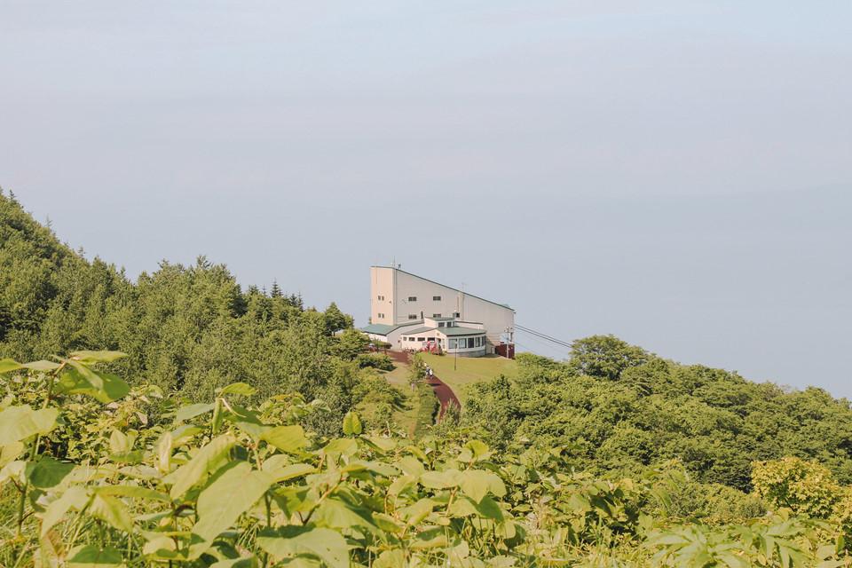 Tầng quan sát của trạm cung cấp tầm nhìn toàn cảnh Hồ Toya và núi Showa-shinzan lân cận. Từ một đài quan sát thứ hai cách đó một quãng đi bộ ngắn, bạn thể nhìn ra đại dương và miệng núi lửa lớn nhất của núi Usu, được hình thành trong một vụ phun trào vào năm 1977.