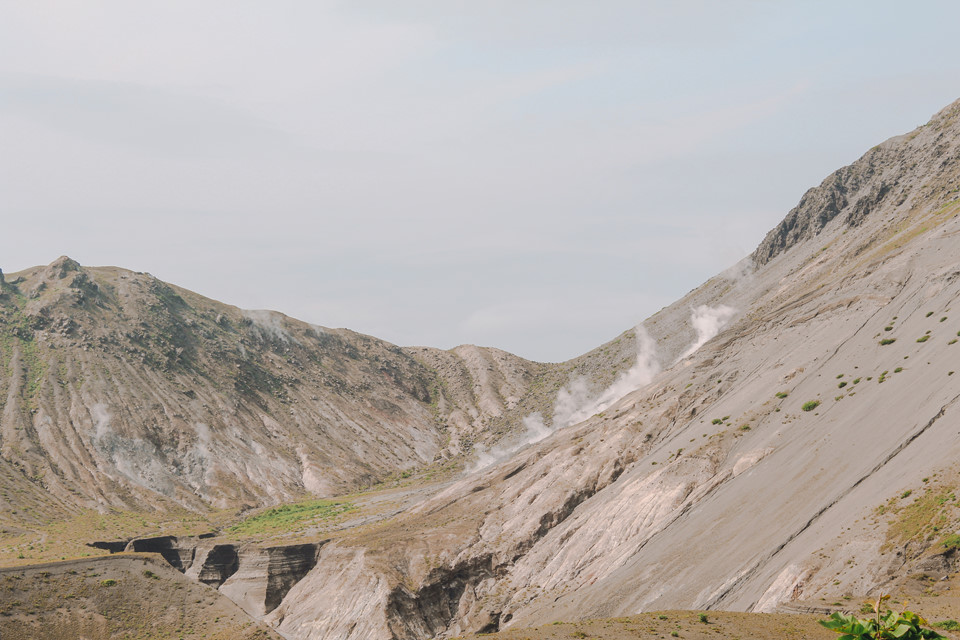 """Miệng những ngọn núi lửa ở vườn quốc gia Shikotsu-Toya vẫn luôn bốc khói nghi ngút. Tất cả đều là kiệt tác của tự nhiên với nhiều đợt bùng nổ đầy """"năng động"""". Đây cũng là một trong những nơi đáng đến nhất khi ghé thăm Shikotsu-Toya."""