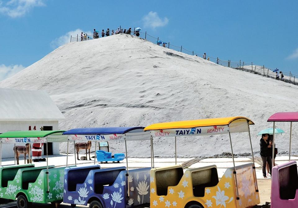 Cách trung tâm thành phố hơn 20 km, núi muối Thất Cổ là một trong những điểm đến hấp dẫn nhất Đài Nam, Đài Loan. Thực tế, Thất Cổ là một địa danh nổi tiếng ở xứ Đài. Nơi đây cung cấp 60% sản lượng muối tại hòn đảo này. Ảnh: Taiwan Tourism Bureau.