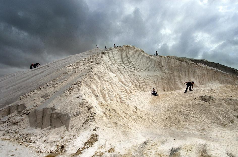 Hai gò đất lớn nằm ở 2 bên lưu trữ khoảng 60.000 tấn muối. Từ trên đỉnh, du khách có thể phóng tầm mắt, ngắm nhìn các ruộng muối cũng như cảnh tượng xung quanh. Ngoài ra, bạn có thể tham gia các trò chơi giải trí phù hợp cho mọi lứa tuổi. Ảnh: Taiwan Tourism Bureau.