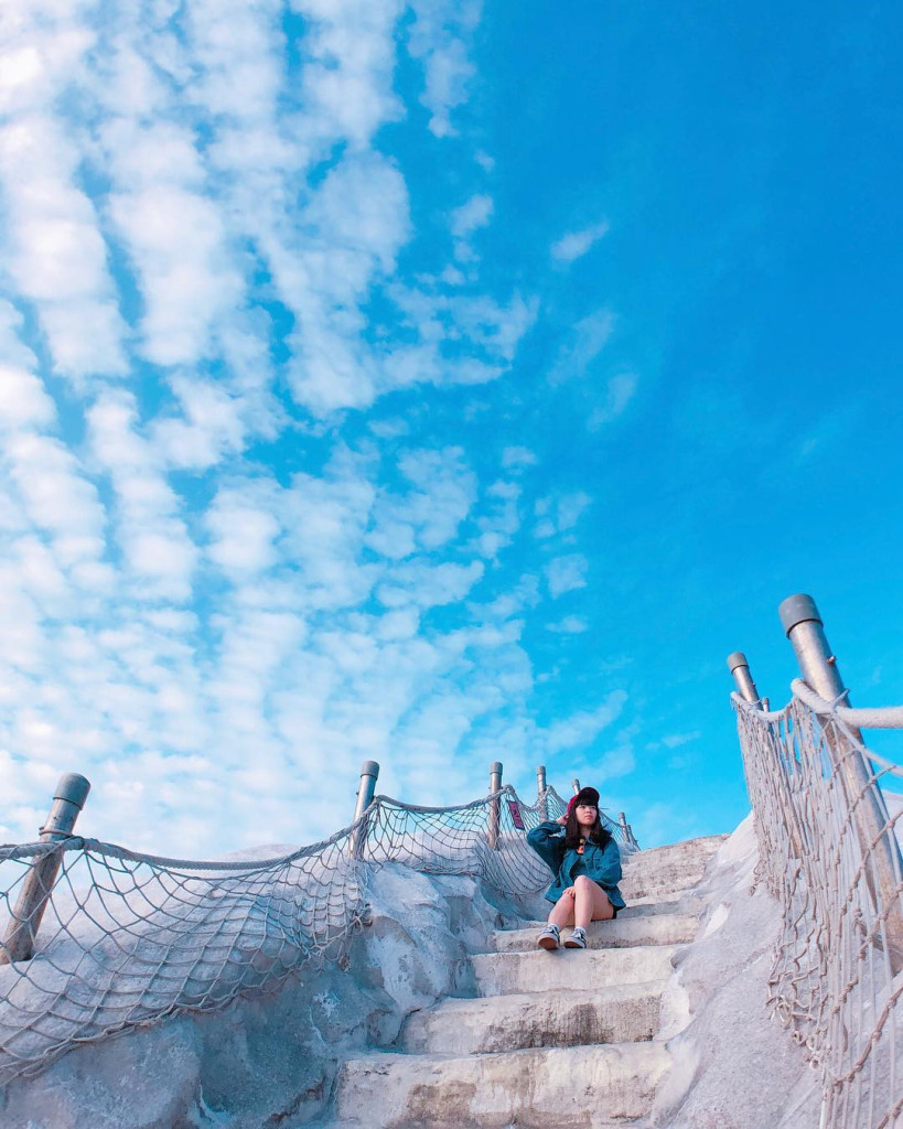 Khu vực này cũng xây dựng những bậc cầu thang cho khách du lịch tiện đi lại, leo núi. Ảnh: @huaaa621/@juliayang0629.