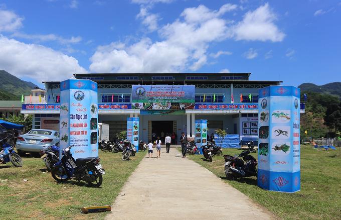 Chợ sâm Ngọc Linh được tổ chức tại nhà thi đấu huyện Nam Trà My (Quảng Nam) từ ngày 1 đến ngày 3 hàng tháng. Đã bước sang lần thứ 10, mỗi phiên chợ quy tụ hàng chục gian hàng của người dân, doanh nghiệp địa phương bán hàng chục kg sâm thu về vài tỷ đồng.