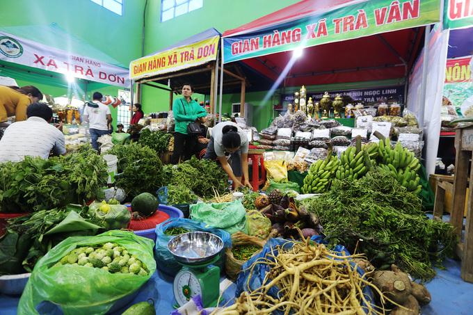 Tại chợ các mặt hàng dược liệu, rau, củ, quả cũng được bày bán.