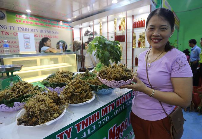 Sâm bán ở chợ có hai loại, một loại để cả nguyên cây, củ, rễ và loại chỉ còn củ, rễ.