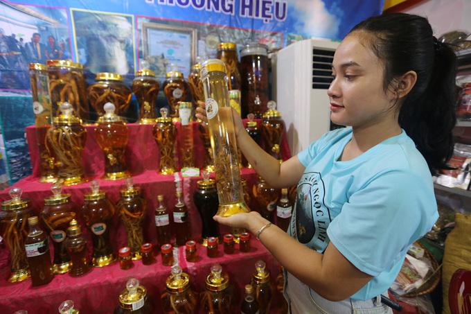 Rượu đẳng sâm, đinh lăng, mật ong được nhiều người trưng bày.